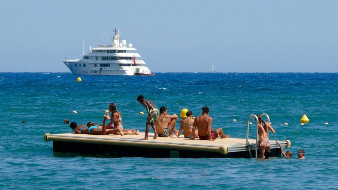 Takie platformy są popularną atrakcją na mniejszych plażach Lazurowego Wybrzeża
