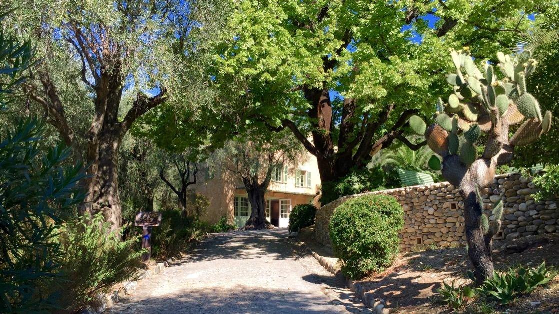 W pokaźnym ogrodzie na terenie muzeum Renoir jest także osobny budynek dawnej farmy. Dzisiaj to miejsce przeznaczone na cele edukacyjne.