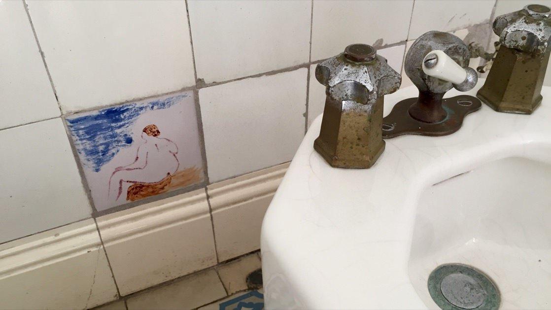 Renoir z pewnością miał poczucie humoru. Na zdjęciu kafla w łazience.
