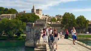 Widok na Pałac Papieski w Awinion ze słynnego Mostu św. Benedykta