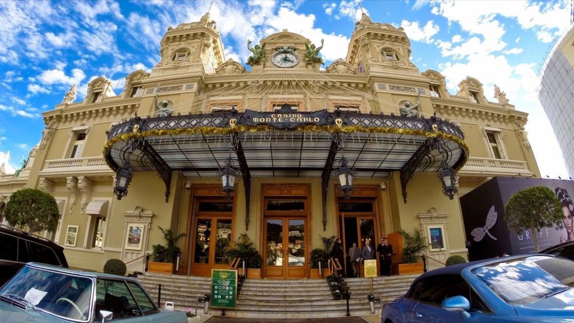 Główne wejście do kasyna w Monte Carlo. To tutaj codziennie parkują najdroższe samochody świata.