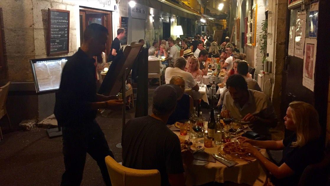 Francuzi najwięcej jedzą późno wieczorem, dlatego wszystkie restauracje w Nicei są pełne właśnie po zmroku.