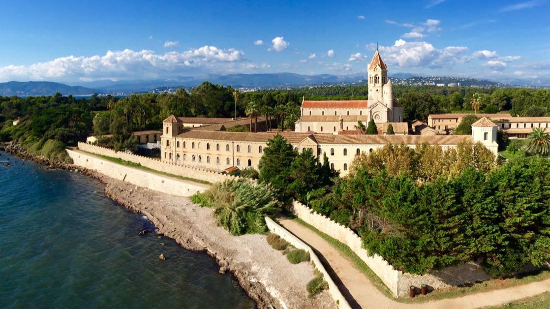 Opactwo Cystersów na wyspie św. Honorata niedaleko Cannes. Widok z klasztoru ufortyfikowanego.