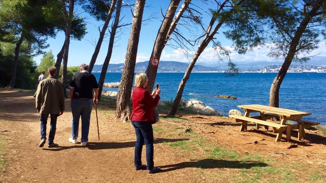 Podczas wędrówki dookoła wyspy św. Honorata warto zrobić piknik. Stoły dla gości rozstawione są w wielu miejscach.
