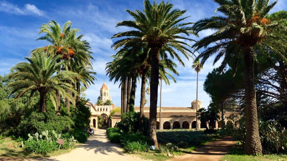 Opactwo Leryńskie: wieża kościelna otoczona palmami to na żywo wprost niezwykły widok!