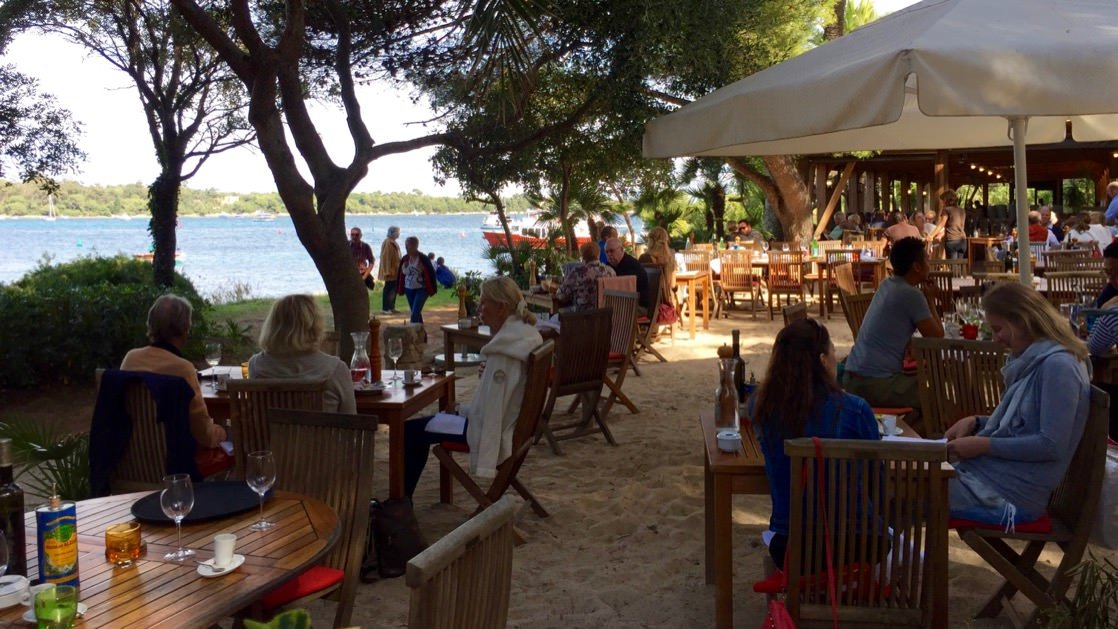 Restauracja na wyspie św. Honorata, jednej z Wysp Leryńskich