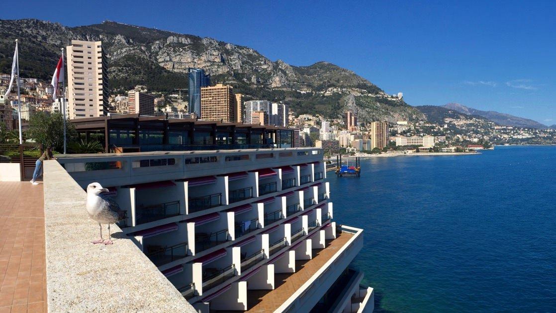 Monako hotele: taki widok mają ze swoich balkonów goście hotelu Fairmont w Monte Carlo