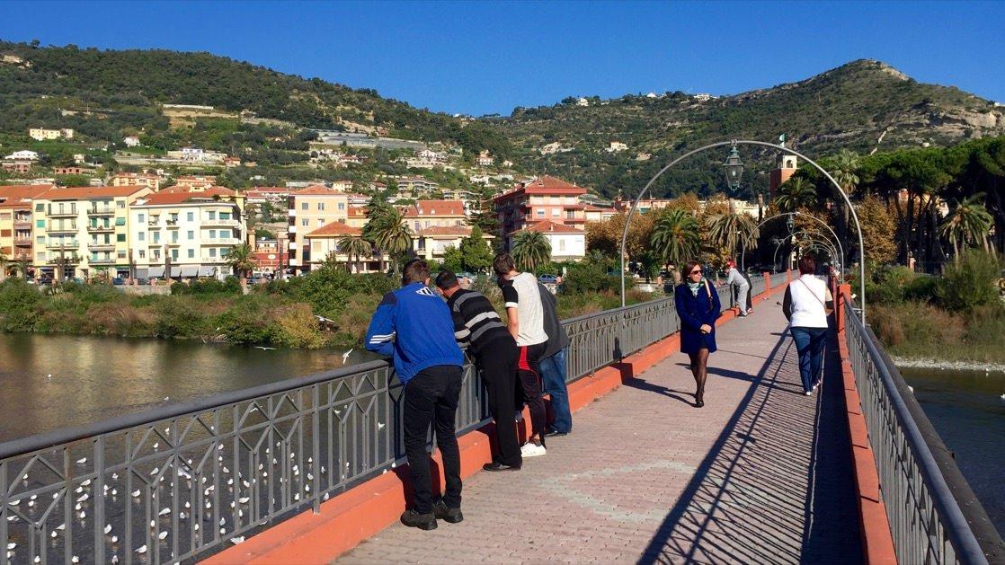 Kładka dla pieszych na rzece Roia rozdzielającej miasto na dwie części