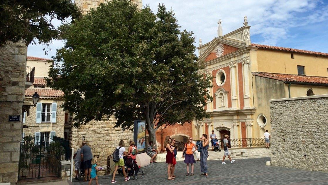 Plac przed muzeum Picassa w Antibes