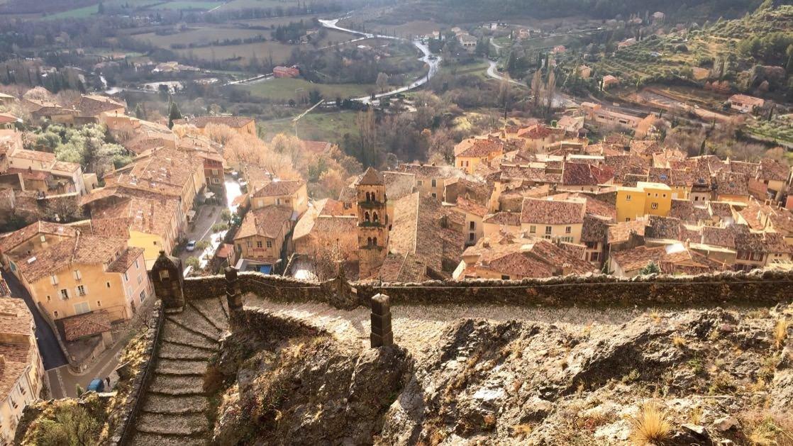 Moustiers Sainte-Marie widoczne ze skały górującej nad miasteczkiem