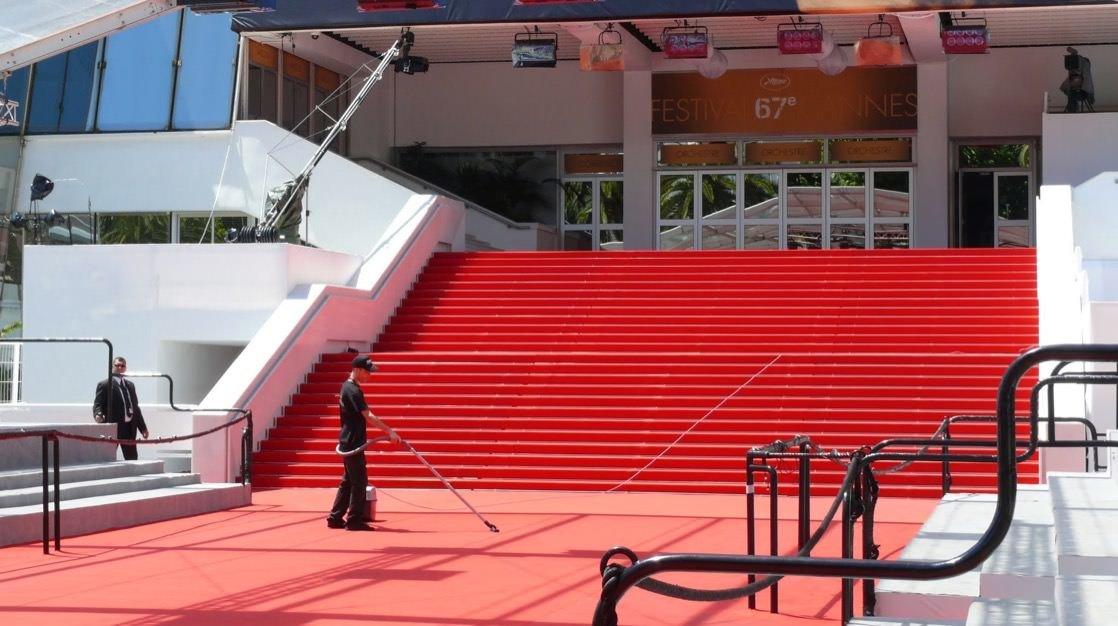Słynny czerwony dywan na schodach Pałacu Festiwalowego w Cannes