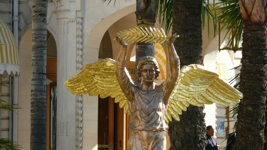 Anioł trzymający Złotą Palmę, czyli główną nagrodę Festiwalu Filmowego w Cannes