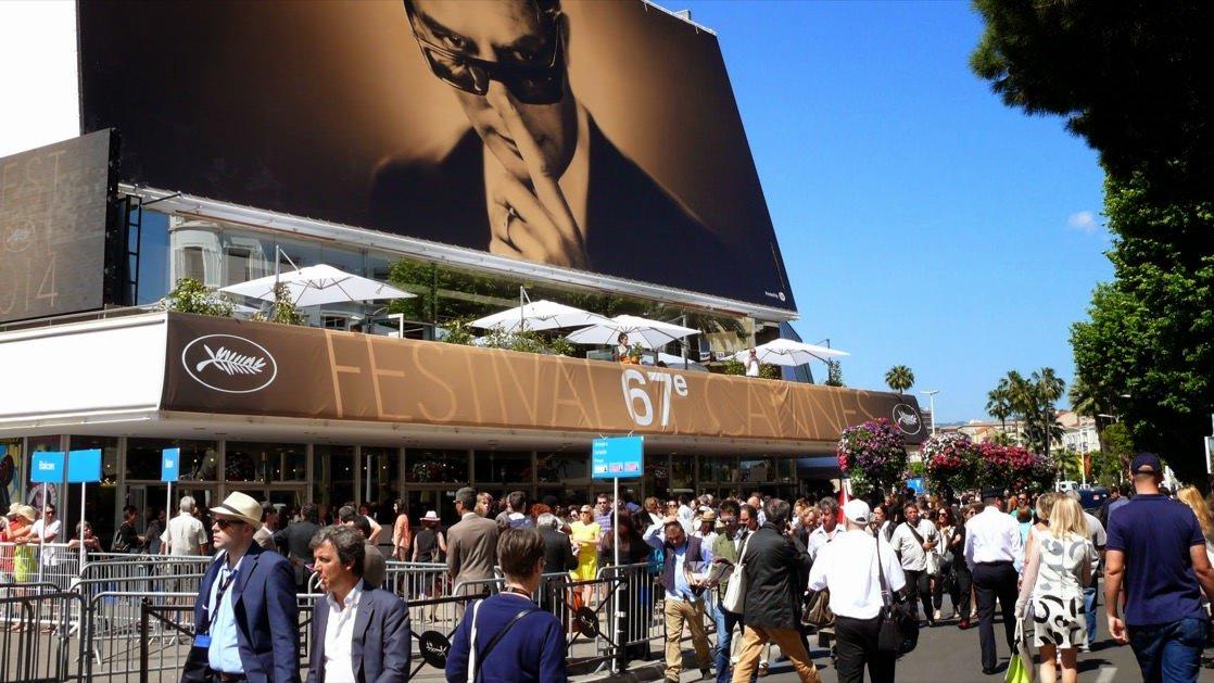 Wokół Pałacu Festiwalowego zawsze gromadzą się tłumy, bo Festiwal Filmowy w Cannes przyciąga na Lazurowe Wybrzeże rzesze turystów.