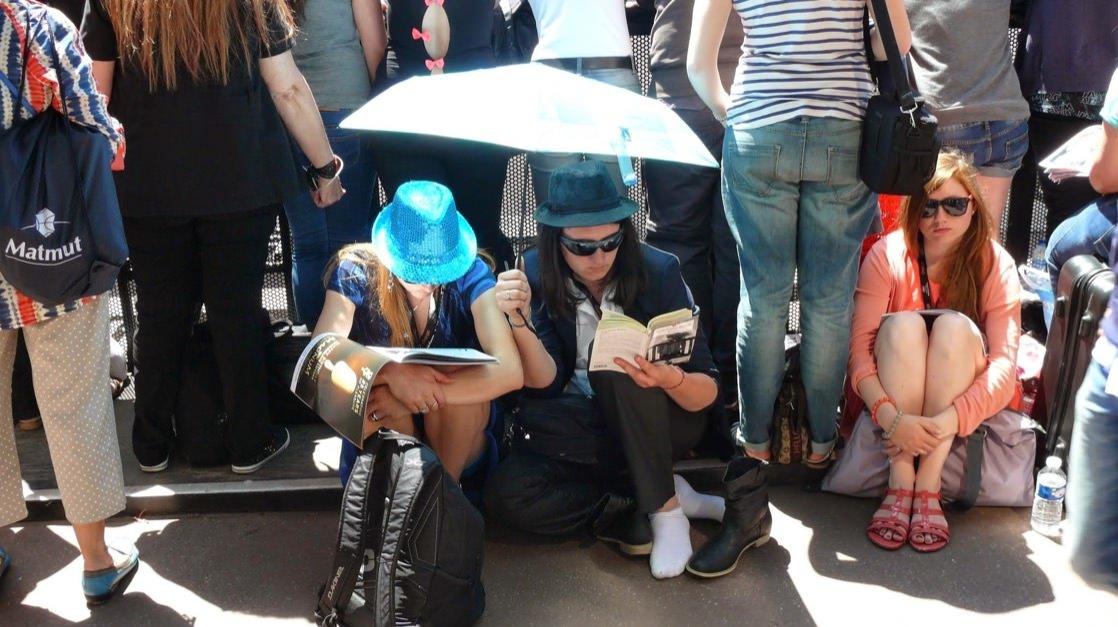 Fani czekają na koncert gwiazdy podczas Festiwalu Filmowego w Cannes