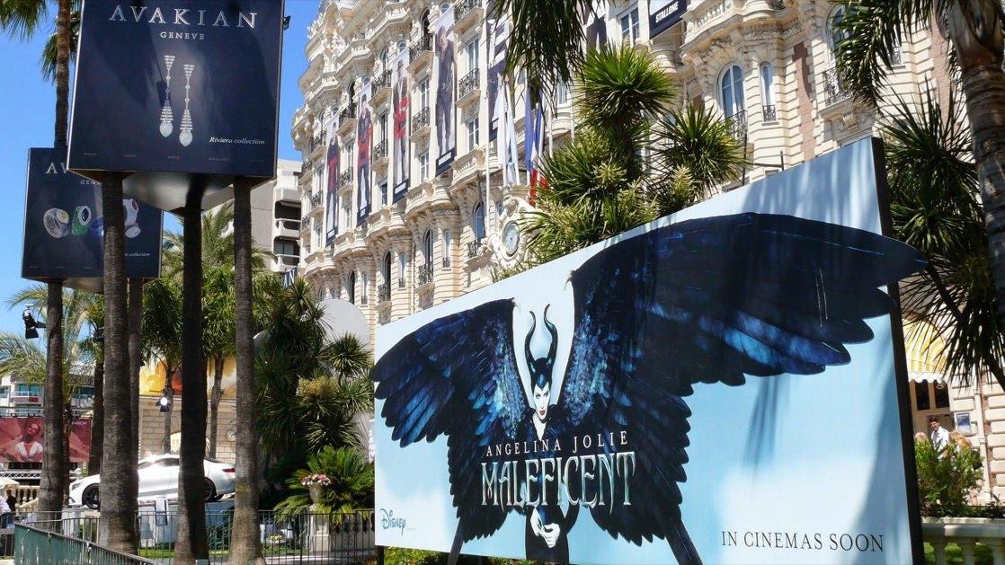 W trakcie festiwalu filmowego wszędzie zobaczyć można reklamy najnowszych filmów.