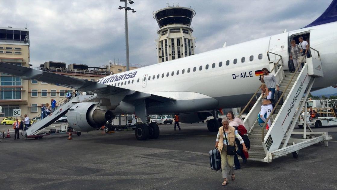 Tanie loty do Nicei bardzo trudno znaleźć, ale to możliwe. Na zdjęciu samolot Lufthansa na lotnisku w Nicei.