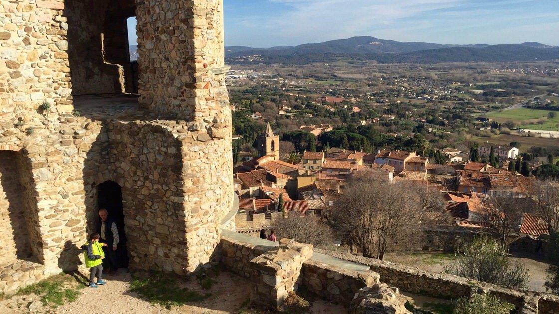 Widok z twierdzy na stare miasto Grimaud.