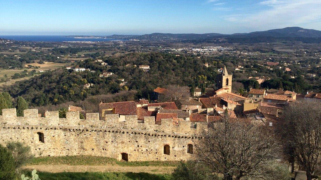 Widok z twierdzy na stare miasto Grimaud. W tle zatoka Saint-Tropez.