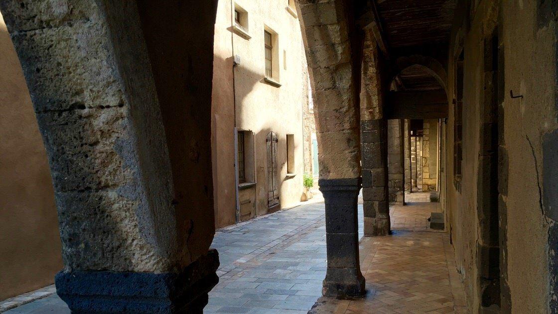 Zabytkowe kamienne arkady przy rue des Templiers, Grimaud