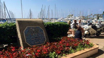 W tym miejscu dobił do brzegu Napoleon po ucieczce z Elby. Golfe-Juan, Lazurowe Wybrzeże.