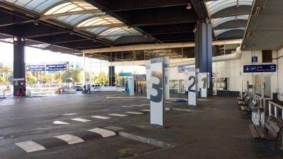 Perony autobusowe na lotnisku w Nicei tuż obok Terminalu 1