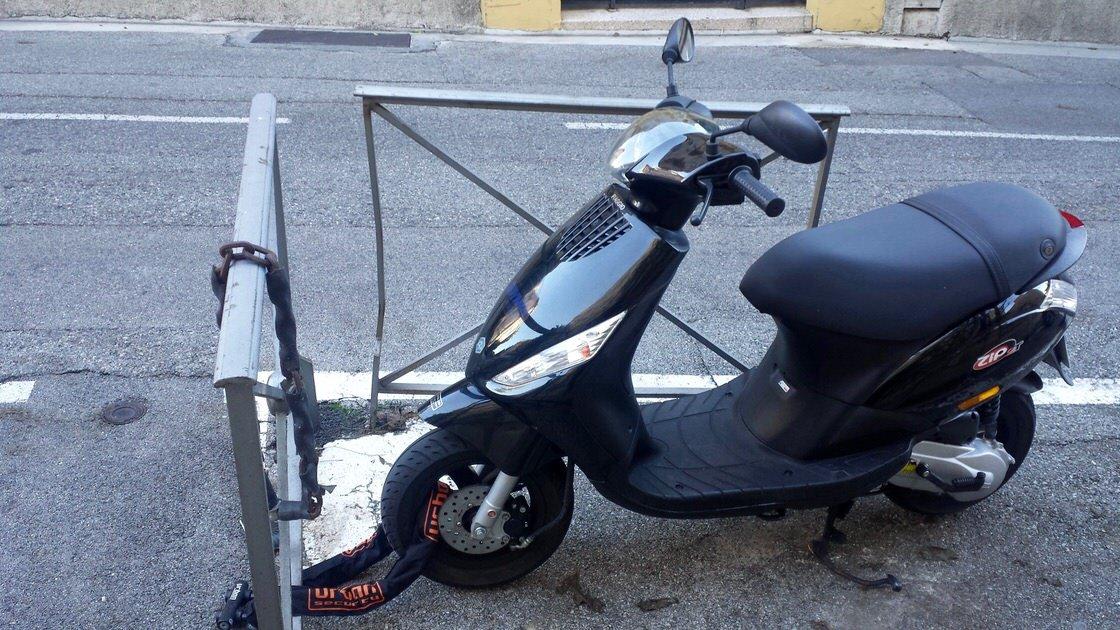 Pamiętaj, żeby skuter zawsze zabezpieczyć przed kradzieżą, bo są one częste na Lazurowym Wybrzeżu