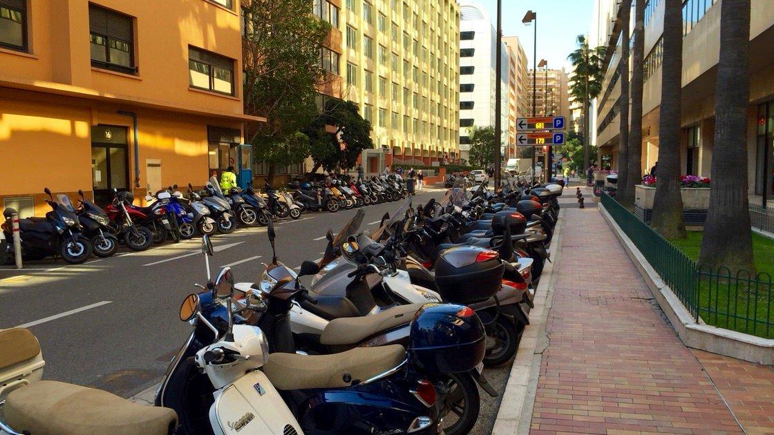 Skutery osób dojeżdżających do pracy w Monako