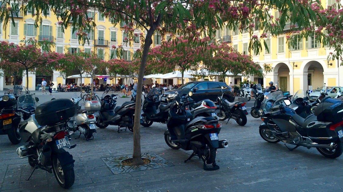 Skutery zaparkowane na Placu Garibaldiego w Nicei