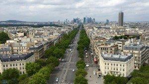 La Défense - dzielnica biurowa Paryża widoczna na horyzoncie (zdjęcie z Łuku Triumfalnego)