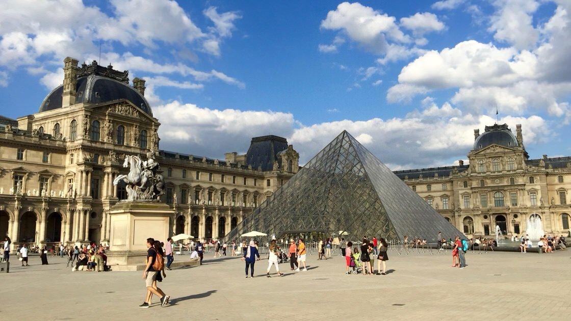 Luwr w Paryżu, wejście do muzeum przez szklaną piramidę
