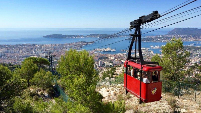 Kolejka linowa w Tulonie na wzgórze Mont Faron