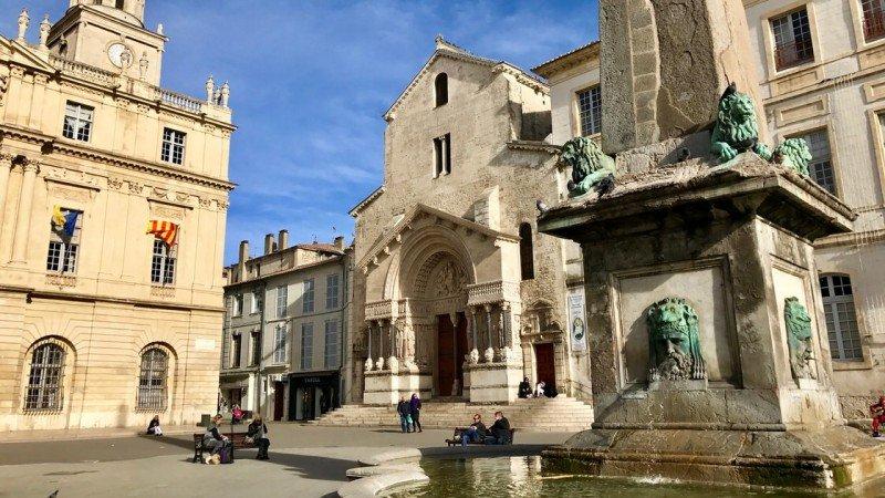 Plac Republiki, w tle wejście do kościoła św. Trofima w Arles