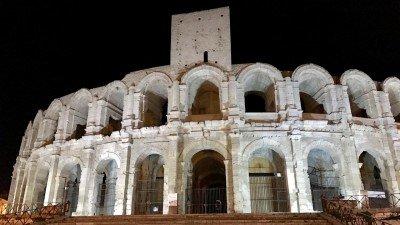 Arena w Arles nocą