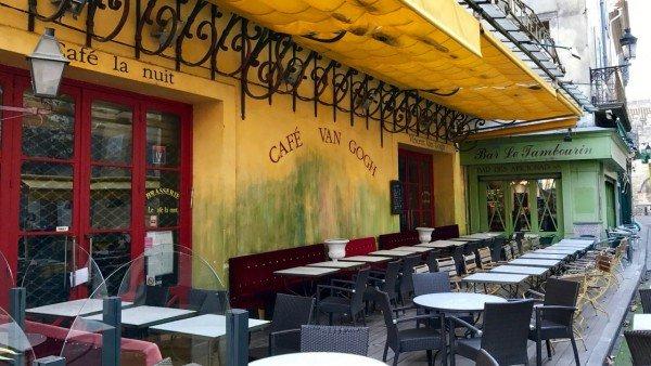 Kawiarnia w Arles namalowana przez van Gogha
