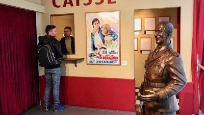 Rzeczywistej wielkości posąg Louisa de Funes zaprasza do kina w muzeum