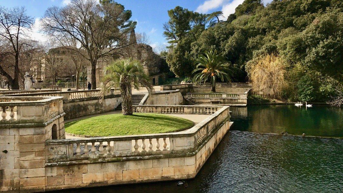 Fragment ogrodu Les Jardin de la Fontaine w Nimes