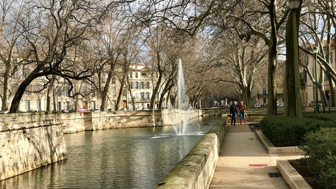 Kanał przed ogrodem Les Jardin de la Fontaine w Nimes