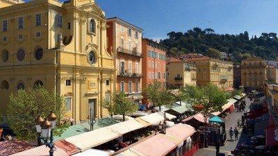 Żółty budynek po lewej to Kaplica Miłosierdzia w Nicei