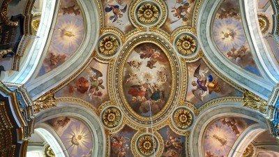Bogato zdobiony sufit Kaplicy Miłosierdzia w Nicei
