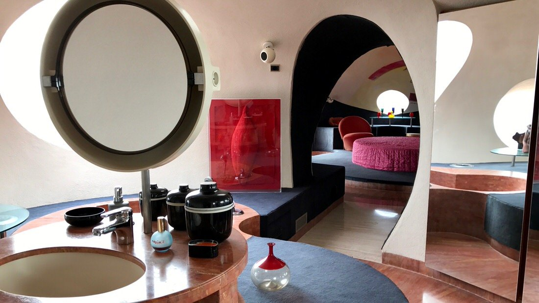 Prywatny apartament projektanta, w tle sypialnia