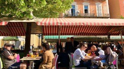 Śniadanie na Cours Saleya w Nicei