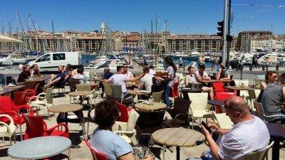 Jedzenie w Marsylii w Starym Porcie to możliwość odpoczynku od spaceru i okazja, by podziwiać okolicę.