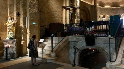 Wejście do krypty z figurą św. Sary w Saintes-Maries-de-la-Mer