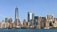 Budynek One World Trade Center (najwyższy) widziany z promu z Ellis Island, Nowy Jork