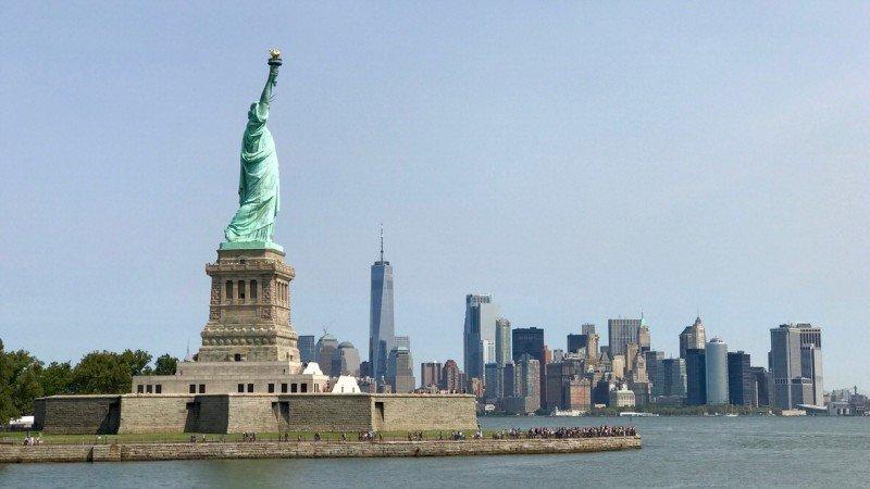 Statua Wolności na Liberty Island. W tle Manhattan, Nowy Jork