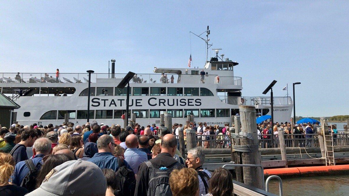 Prom Statue Cruises, który kursuje między Manhattanem, Liberty Island, a Ellis Island