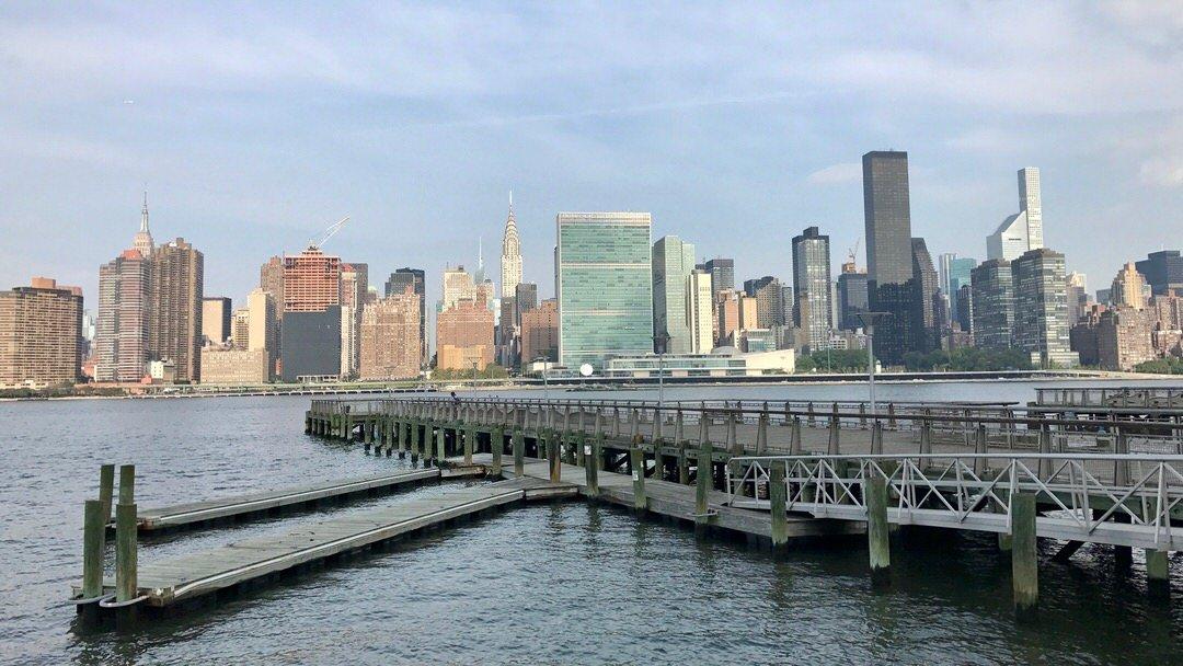 Panorama Nowego Jorku z Queens. Zielonkawy szeroki budynek to gmach ONZ