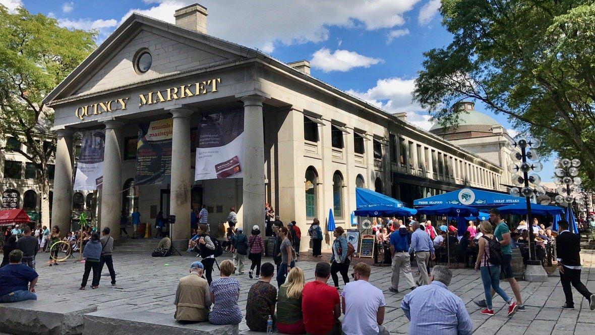 Quincy Market w Bostonie, w którym znajdziesz mnóstwo dobrego jedzenia i jeszcze więcej turystów