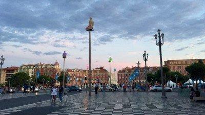 Plac Massena w Nicei tuż przed zmrokiem