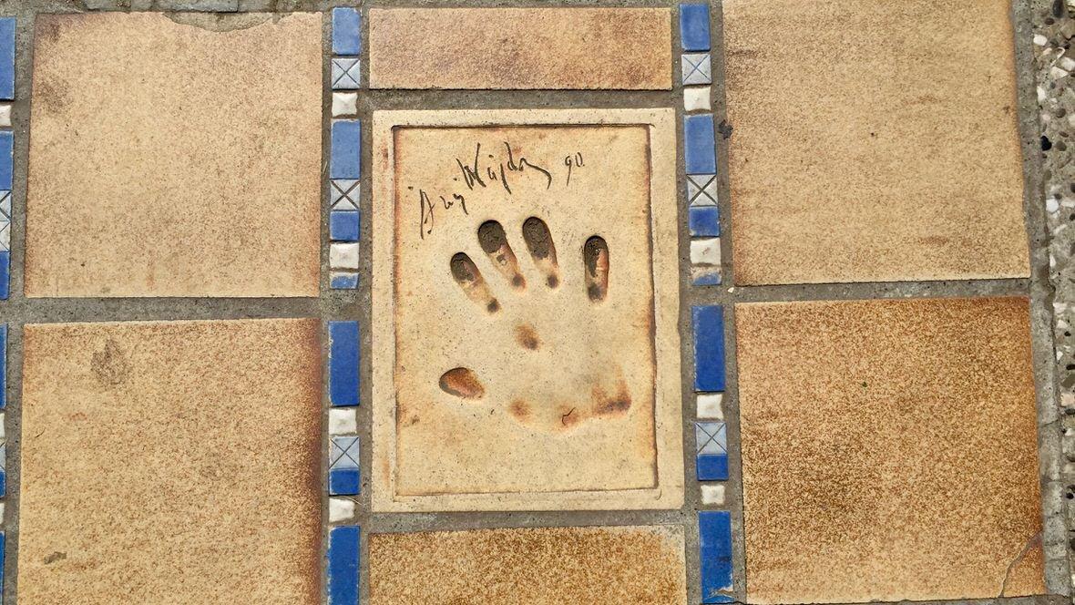 Odcisk dłoni Andrzeja Wajdy w Alei Sław w Cannes